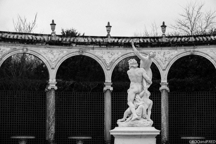 Arches et statue dans les jardins de Versailles