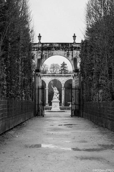 une allée menant au bosquet de la colonnade